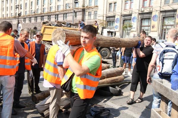 Уборка на Майдане, 9 августа 2014 г. Фото: Великая Эпоха