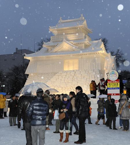 Снежный фестиваль в Саппоро (Япония) ежегодно отмечается в начале февраля в течение семи дней. Фото: KAZUHIRO NOGI/AFP/Getty Images