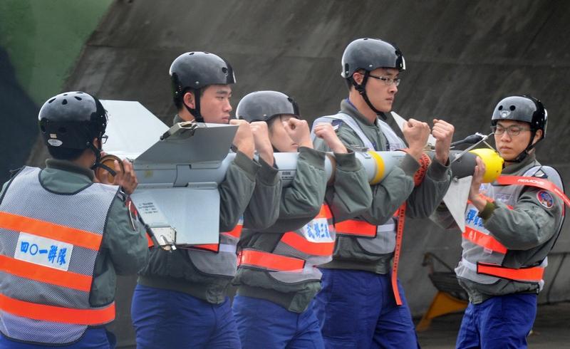 Хуалянь, Тайвань, 23 января. Обслуживающий персонал авиабазы несёт ракету AIM-9M «Сайдуиндер» на показательных выступлениях, посвящённых наступлению нового года по лунному календарю. Фото: SAM YEH/AFP/Getty Images