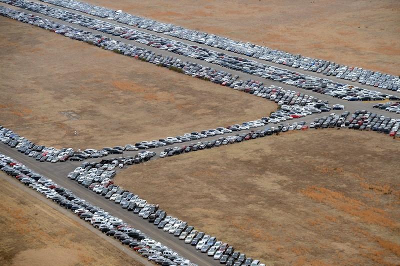 Нью-Йорк, США, 9 января. Десятки тысяч повреждённых ураганом Сэнди автомобилей ожидают отправки на переработку. Фото: STAN HONDA/AFP/Getty Images