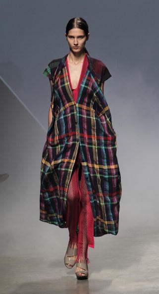 Презентация коллекции Issey Miyake Весна / Лето 2011 на Неделе моды в Париже. Фото FRANCOIS GUILLOT/AFP/Getty Images