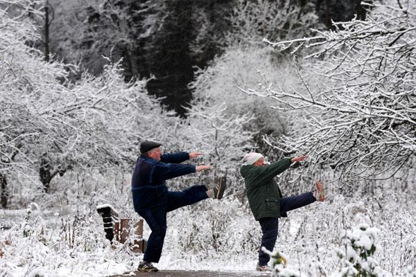 Пожилые люди выполняют зарядку в ледяном лесу на окраине Минска. Республика Беларусь. Фото: VIKTOR DRACHEV/AFP/Getty Images