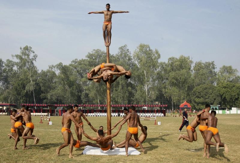 Аллахабад, Индия, 21 октября. Солдаты выполняют традиционные силовые упражнения на столбе «Маллакхамб» в рамках двухдневного армейского фестиваля. Фото: STRDEL/AFP/Getty Images