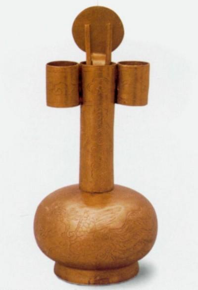 Чайник из золота в виде стрелы. Высота 12,2 см. Династия Мин. Фото с aboluowang.com