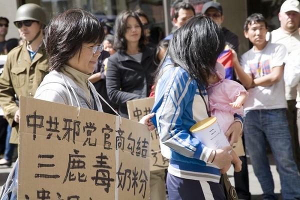 Сценическая постановка: Китайская компартия помогала производителям заражённого меламином молока, скрывать эту информацию, от чего пострадало несколько десятков тысяч детей. Сидней. 26 сентября 2009 год. Фото: Ан На/The Epoch Times