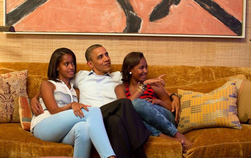 Вашингтон, США, 4 сентября. Барак Обама вместе с дочерьми Малией (слева) и Сашей смотрят выступление первой леди Мишель Обамы на съезде демократов. Фото: Pete Souza/White House Photo via Getty Images
