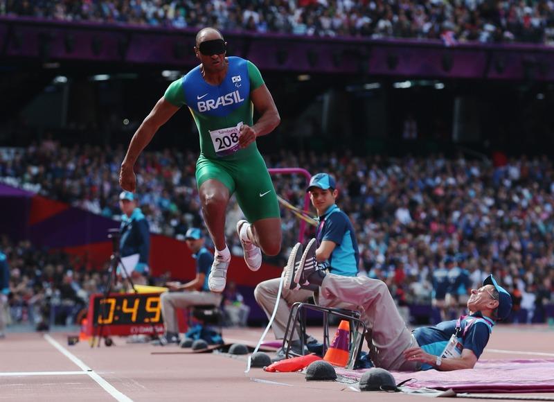 Лондон, Англия, 6 сентября. Паралимпиада 2012. Лучано Перейра (Бразилия) не вписался в траекторию на соревнованиях по тройному прыжку. Фото: Julian Finney/Getty Images