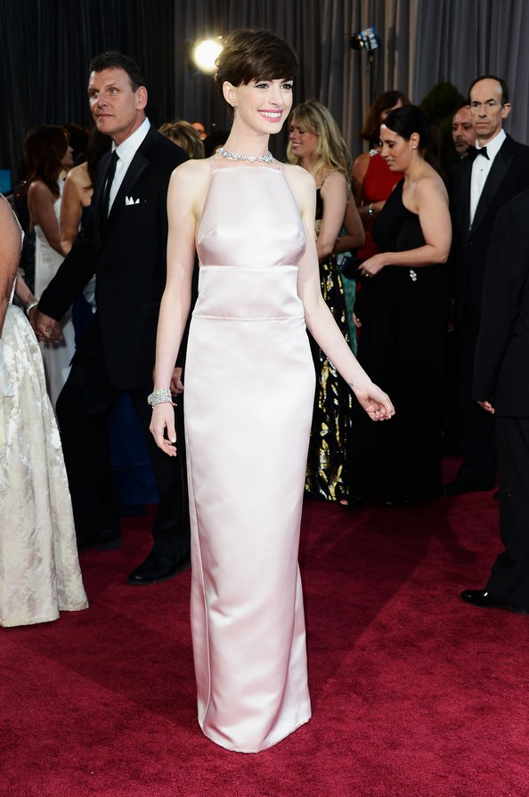 Актриса Энн Хэтэуэй в прямом платье от Prada. Фото: Frazer Harrison/Getty Images