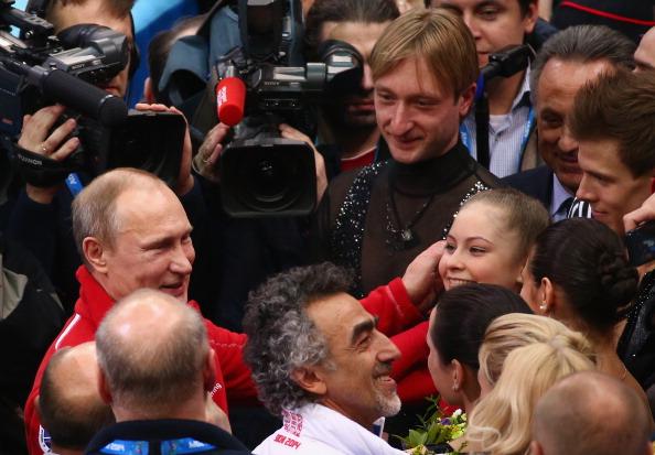 Президент России Владимир Путин поздравляет Юлию Липницкую 9 февраля 2014 г. в Сочи. Фото: Robert Cianflone/Getty Images