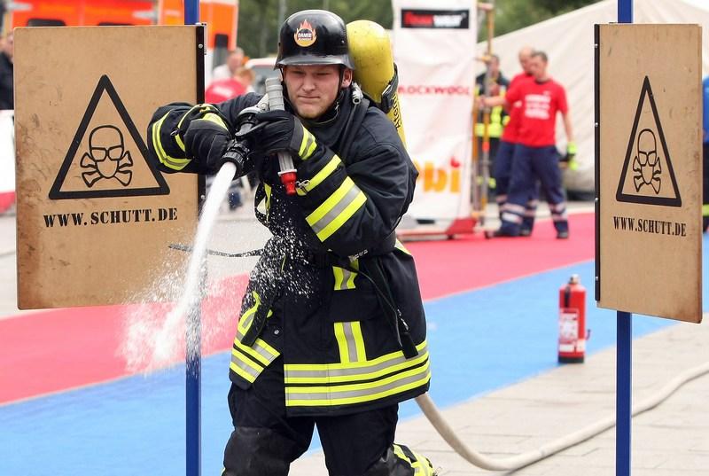 Берлин, Германия, 8 сентября. Пожарный гасит огонь из брандспойта на 6-х соревнованиях пожарных команд. Фото: Adam Berry/Getty Images