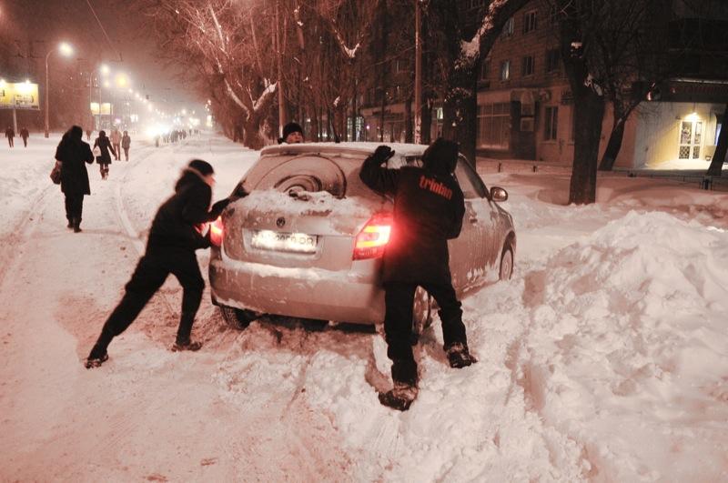 Снегопад вызвал транспортный коллапс в Киеве. Фото: Владимир Бородин / Великая Эпоха