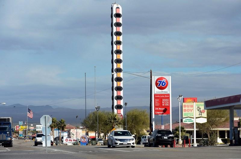 Бейкер, США, 7 января. Самый высокий в мире термометр высотой 134 фута (около 41 м), установленный в память о температурном рекорде (134 градуса по Фаренгейту или 56,6 °С), продаётся за $1,75 млн. Фото: Kevork Djansezian/Getty Images
