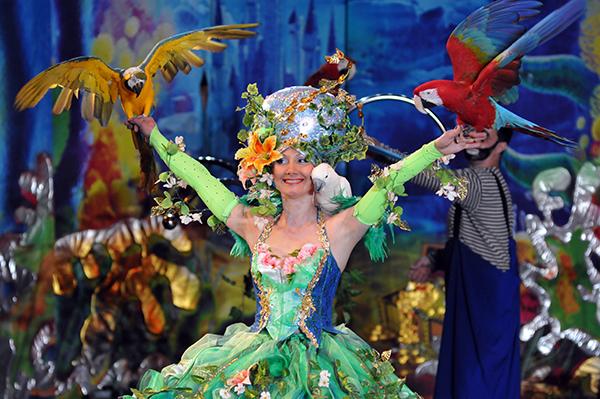 Дрессировщик Наталья Тищенко показывает номер с попугаями «ара» в Киевском цирке 27 января 2011 года. Фото: Владимир Бородин/The Epoch Times Украина