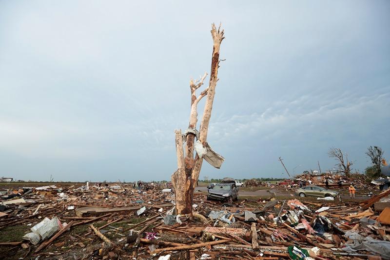 Мур, штат Оклахома, США, 20 мая. Мощный торнадо нанёс сильные разрушения городу. Фото: Brett Deering/Getty Images