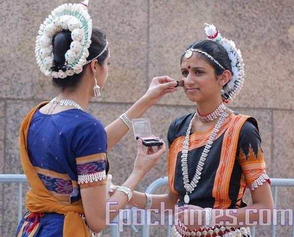 Перед выступлением индийские танцовщицы поправляют макияж (грим) . Фото: Сюй Мин / Великая Эпоха