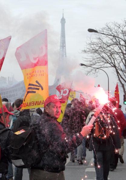 Работники железнодорожных станций протестуют неподалеку от Эйфелевой башни в Париже. Фото: PATRICK KOVARIK/AFP/Getty Images