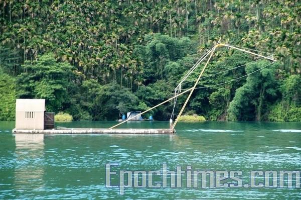 Четырёхугольная рыболовная сеть. Озеро Жиюетан. Фото: The Epoch Times
