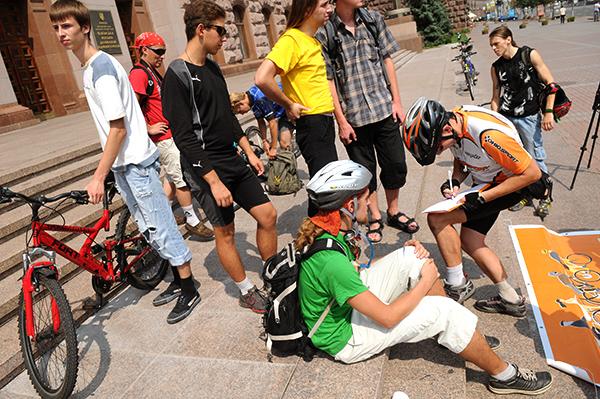 Велосипедисты ставят подписи в письме для КГГА с требованием начать строительство велодорожек в Киеве, во время акции 'Велонаезд' 7 августа 2010 года. Фото: Владимир Бородин/The Epoch Times