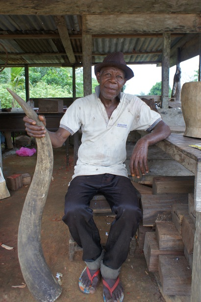 Резчик по дереву, деревня Сендже. Фото: Александр Африканец