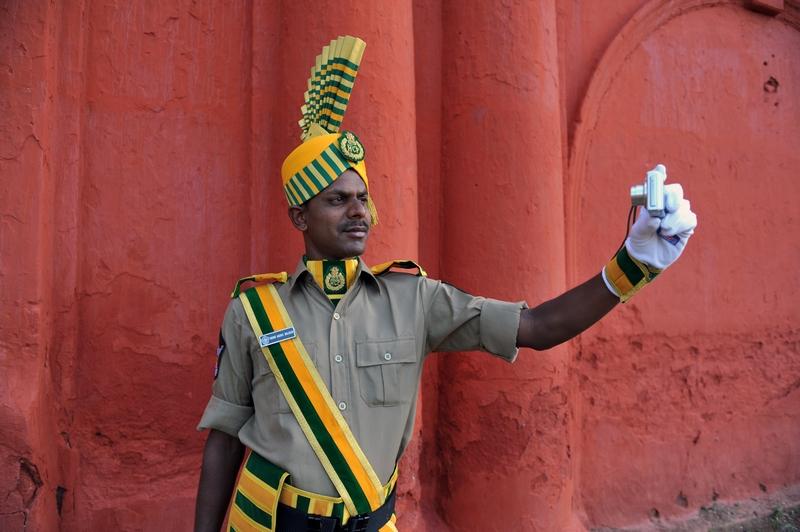 Хайдарабад, Индия, 13 августа. Индия отмечает 65-ю годовщину независимости. Андхра Прадеш из отряда полиции особого назначения фотографирует себя. Фото: NOAH SEELAM/AFP/GettyImages