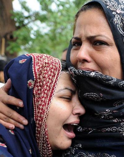 Родственники погибших скорбят о своих близких. Фото: AAMIR QURESHI/AFP/Getty Images