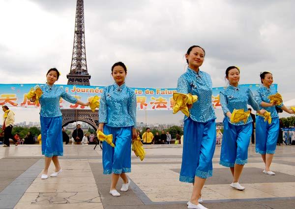 В Париже отпраздновали день Фалунь Дафа. Фото: Наталья Орьен/The Epoch Times
