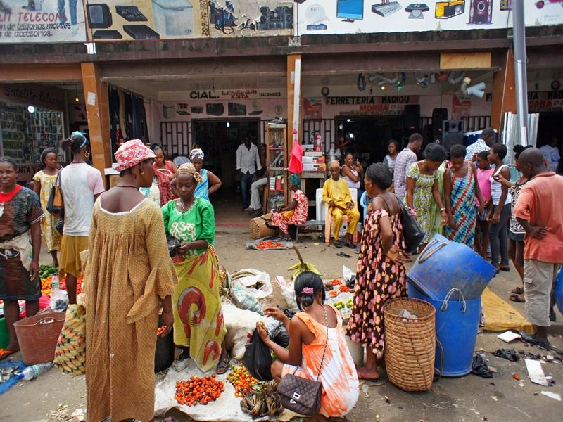 Уличный базар возле рынка. Фото: Александр Африканец