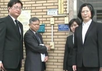 Председатель тайванской Ассоциации Фалуньгун с адвокатами пришли в прокуратуру для подачи иска на Ван Саньюаня. Фото: NTD