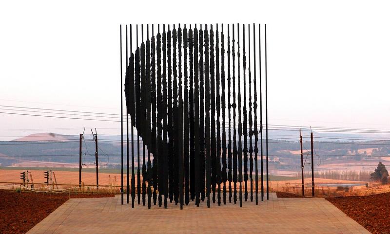 Ховик, ЮАР, 4 августа. Марко Чианфанелли представил скульптуру Нельсона Манделы, посвящённую 50-летию его ареста. 50 стальных столбов, вмонтированных в бетон, символизируют тюремные застенки. Фото: RAJESH JANTILAL/AFP/GettyImages