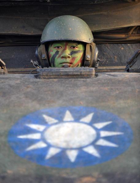 Тайваньский солдат выглядывает из танка СМ-11 во время ежегодной тренировки на северной военной базе в Хсинчу. 27 января 2010. Тайвань поддерживает собственную армию, несмотря на улучшение отношений с Китаем. Фото Сэм Йе /AFP/Getty Images