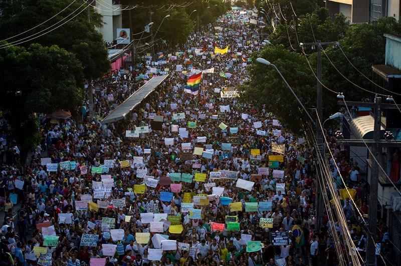 Ресифи, Бразилия, 20 июня. Самый масштабный за последние 20 лет марш протеста против коррупции и роста цен «Тропическая весна», охвативший свыше 1 млн человек, проводится в 80 городах Бразилии. Фото: YASUYOSHI CHIBA/AFP/Getty Images