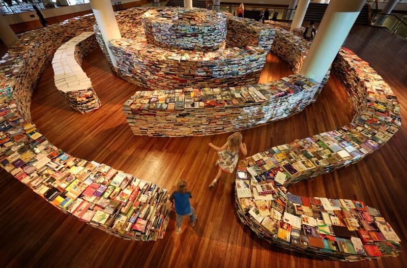 Лондон, Англия, 31 июля. Бразильские скульпторы Маркос Сабойя и Гуалтер Пупо представили в Саут-Банке лабиринт 'aMAZEme' («Удиви меня»), на изготовление которого было затрачено 250 тыс. книг. Фото: Peter Macdiarmid/Getty Images