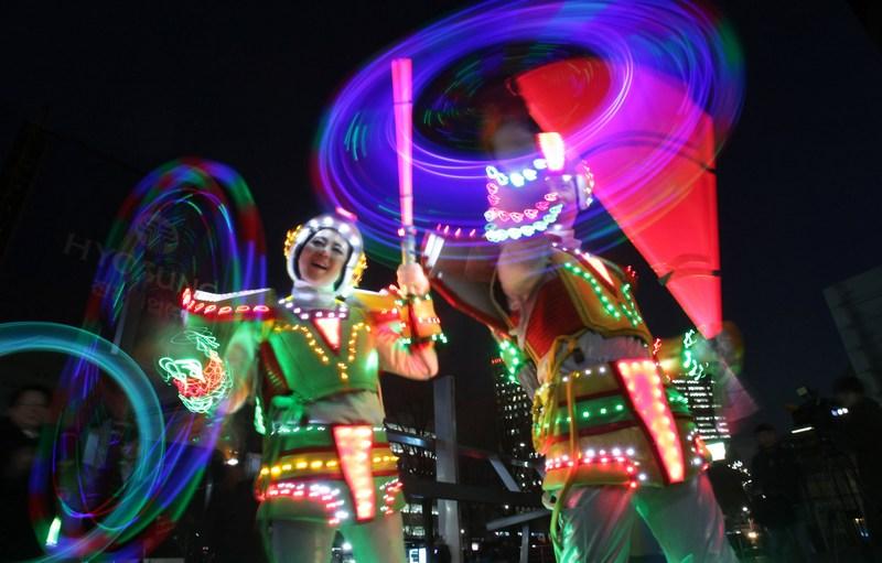 Сеул, Южная Корея, 21 февраля. Наступление первого полнолуния года змеи жители встречают игрой «Кибер чвибуль нори». Вращение светящихся банок и жезлов, по поверьям, уничтожает всё плохое. Фото: Chung Sung-Jun/Getty Images