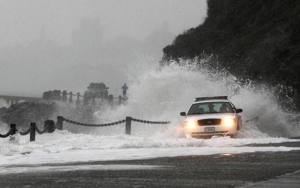 Полиция во время шторма патрулирует пляж Форт-Поинт города Сан-Франциско. Штат Калифорния, 20 января 2010. Фото: Джустин Саливан/ Getty Images