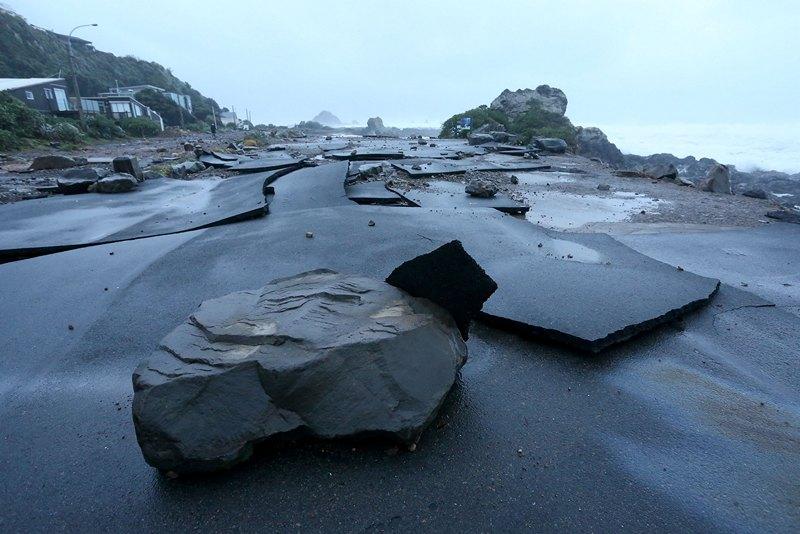 Веллингтон, Новая Зеландия, 21 июня. Разрушенная штормом парковка автомобилей. Сильный ветер (200 км/ч) оставил без электроэнергии около 30 тыс. домов. Фото: Hagen Hopkins/Getty Images