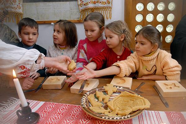 Дети готовят 'Николайчики' из медового теста в резеденции Святого Николая в Киеве. Фото: Владимир Бородин/The Epoch Times