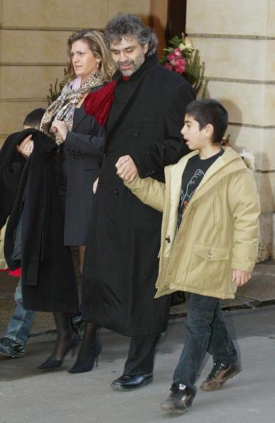 Звезда итальянского тенора Андреа Бочелли засияла на Аллее Славы в Голливуде. Андреа Бочелли и его сыновья Амос и Маттео и жена Энрике Цензатти. Фоторепортаж. Фото Getty Images