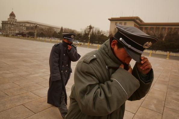 Песчаная буря бушует в Пекине. 20 марта 2010 год. Фото: Feng Li/Getty Images