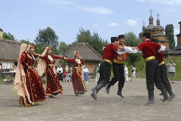 Под народную музыку крымские татары и казаки провели мастер-классы по национальному танцу, 19 июня 2010. Фото: Владимир Бородин/The Epoch Times