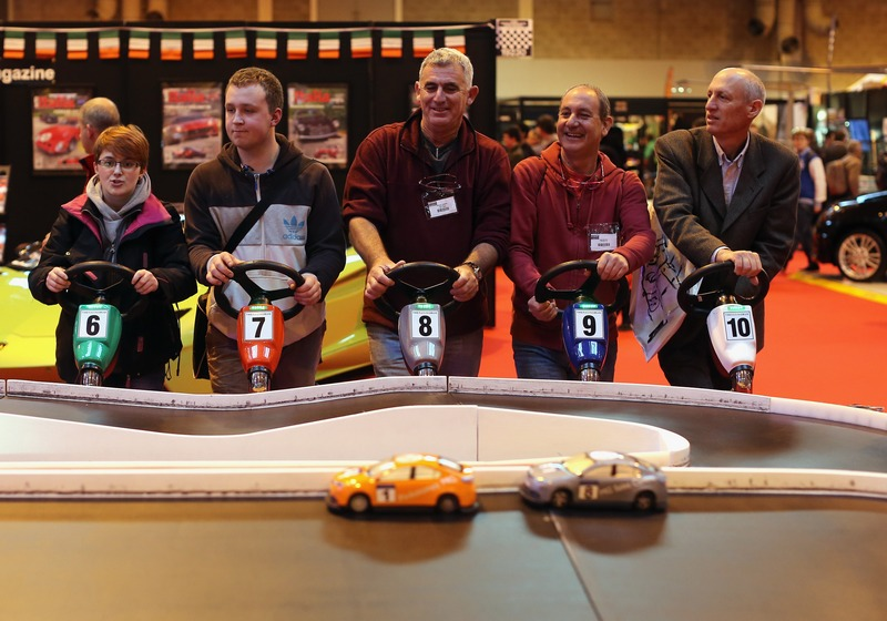 Бирмингем, Англия, 11 января. Посетители Международной выставки автоспорта соревнуются в игровых автогонках. Фото: Christopher Furlong/Getty Images