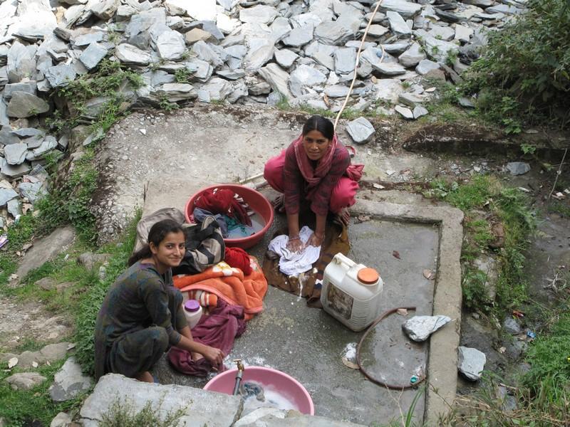 Индийские девушки стирают бельё в реке. Фото: Игорь Борзаковский/Великая Эпоха