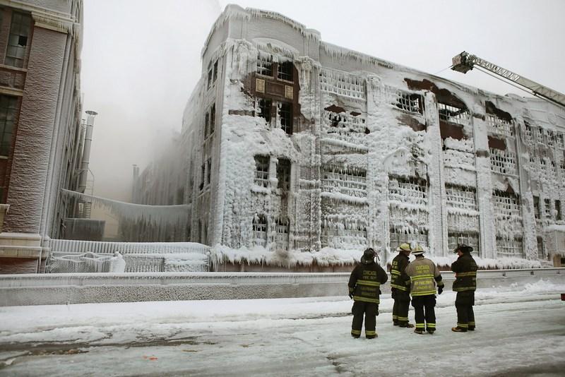 Чикаго, США, 23 января. Более 200 пожарных тушили на крепком морозе сильнейший за последние годы пожар на заброшенном складе. Фото: Scott Olson/Getty Images