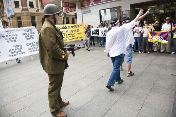 Сценическая постановка: Кровавое подавление восстания студентов в 1989 году. Сидней. 26 сентября 2009 год. Фото: Ан На/The Epoch Times