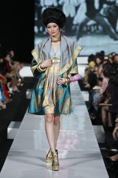 Презентация коллекции от Denny Wirawan на Неделе моды 2010 в Джакарте. Фото Ulet Ifansasti/Getty Images for Jakarta Fashion Week