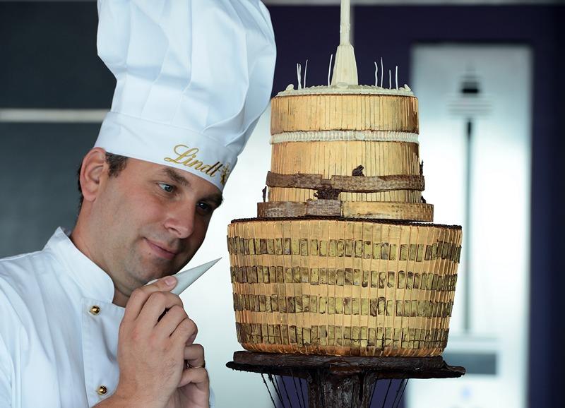 Сидней, Австралия, 20 марта. Швейцарская компания Lindt создала из шоколада мини-копию сиднейской телебашни весом 12,5 кг, которую разместила на смотровой площадке башни. Фото: GREG WOOD/AFP/Getty Images