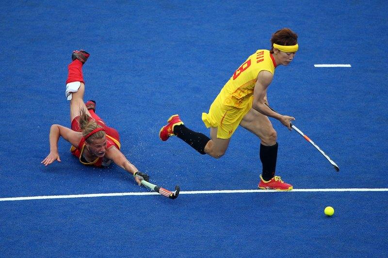 Лондон, Англия, 31 июля. Олимпийские игры 2012. Гаелль Валке (Бельгия, слева) борется за мяч с Баожун Фу (Китай). Фото: Daniel Berehulak/Getty Images
