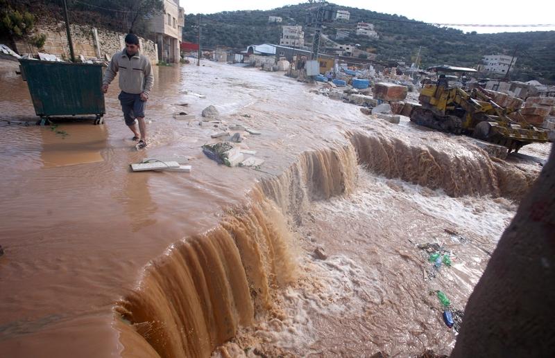 Кабатия, Палестина, 9 января. Сильные дожди со снегом затопили поселения на Западном берегу Иордана. Фото: SAIF DAHLAH/AFP/Getty Images