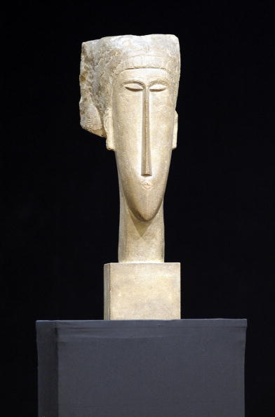 Скульптура женской головы Амадео Модильяни была продана на аукционе Christie's в Париже за 43 миллиона евро. Фото: MIGUEL MEDINA/AFP/Getty Images