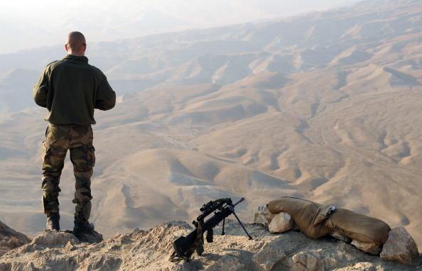 Французский солдат стоит на вершине горы неподалеку военного лагеря Тора в районе Соруби. В составе военного контингента НАТО в Афганистане служат 2900 французских солдат, которые принимают участие в операциях против талибов и занимаются подготовкой афган
