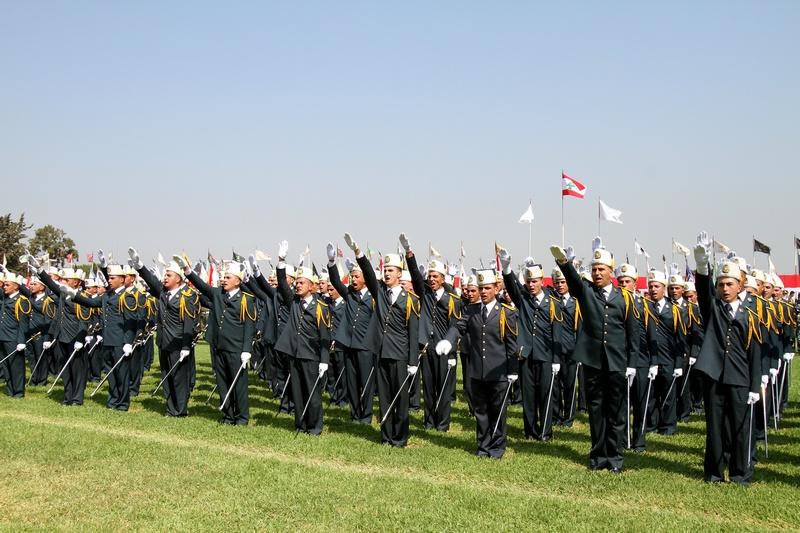 Бейрут, Ливан, 1 августа. Офицеры отдают приветствие во время парада вооружённых сил на базе Файядия. Фото: ANWAR AMRO/AFP/GettyImages